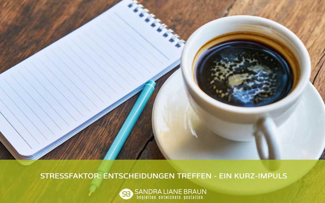 Holztisch, Kaffeetasse, Notizblock