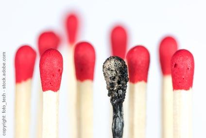 Ein abgebranntes Streichholz als Metapher für das Ausgebranntsein (Burnout)